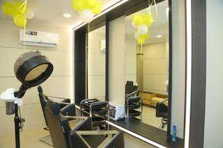 Luxurious unisex beauty salon in a prime location with 10+ daily clients, served 3,000+ customers.