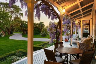 Resort with 5 luxurious rooms, vineyard, gardens in the wine region of New Zealand.