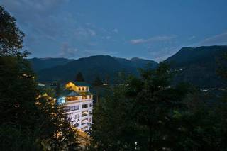 Reputed franchise resort in Manali, Himachal Pardesh with 5-star amenities, 78 rooms, and a 25% occupancy rate.